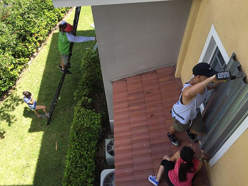 Preparação das janelas para furacão em Doral, FL